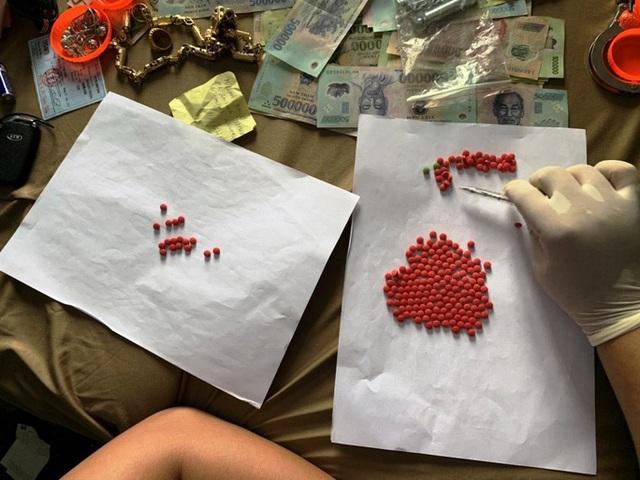 Gần 100 cảnh sát vây ráp đối tượng tàng trữ ma túy cùng hàng nóng - Ảnh 2.