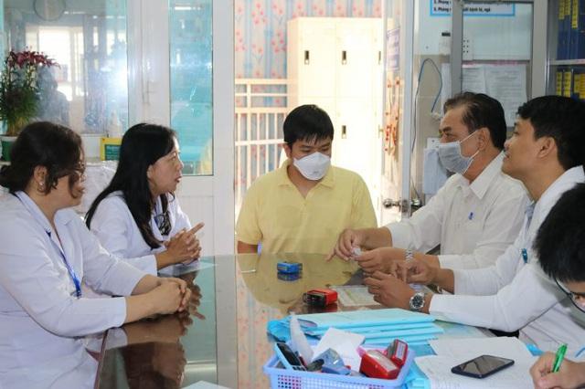 Chàng trai Trung Quốc được chữa khỏi nCoV ở TP.HCM đón mẹ ra viện - Ảnh 4.