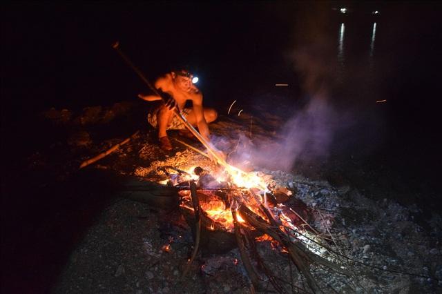 Đêm lạnh đốt lửa, ngâm mình nhiều giờ dưới sông săn cá niên bán 450 ngàn/ký - Ảnh 2.