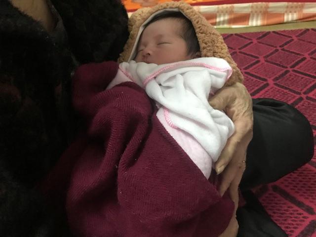 Dân làng góp bỉm, sữa, quần áonuôi bé gái vừa chào đời đã mồ côi cha mẹ - Ảnh 2.