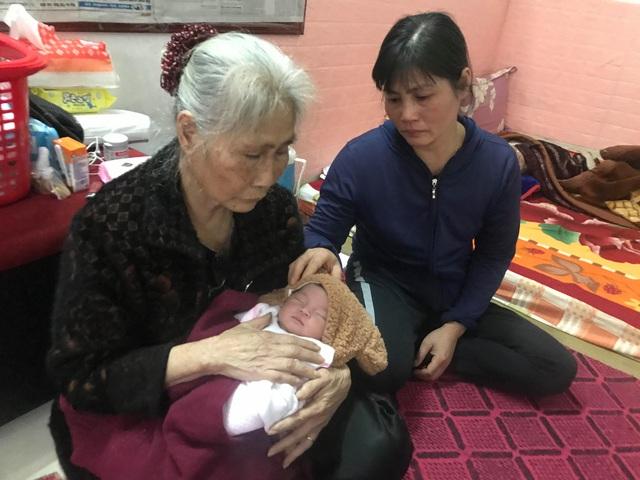Dân làng góp bỉm, sữa, quần áonuôi bé gái vừa chào đời đã mồ côi cha mẹ - Ảnh 1.