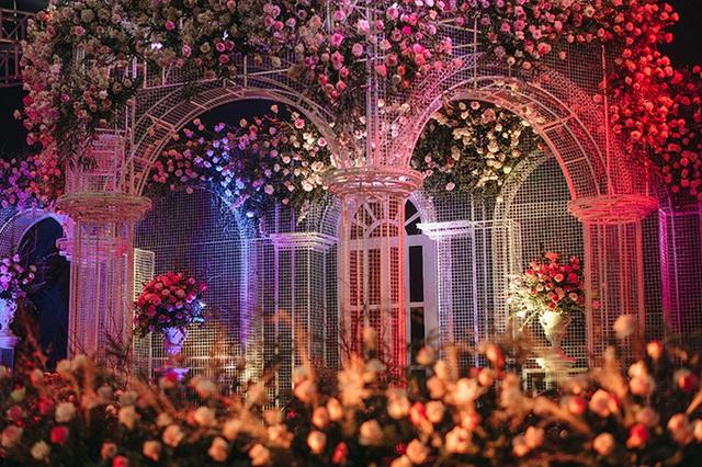Lâu đài lộng lẫy như bước ra từ truyện cổ tích trong không gian tiệc cưới của Duy Mạnh - Ảnh 1.