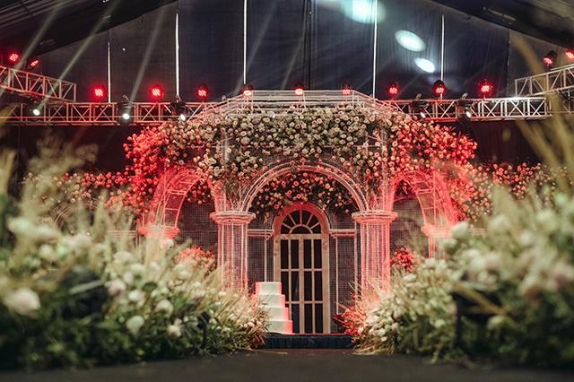Lâu đài lộng lẫy như bước ra từ truyện cổ tích trong không gian tiệc cưới của Duy Mạnh - Ảnh 2.