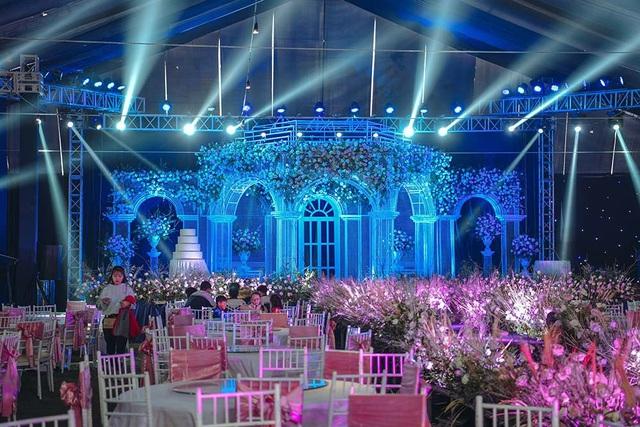 Lâu đài lộng lẫy như bước ra từ truyện cổ tích trong không gian tiệc cưới của Duy Mạnh - Ảnh 3.