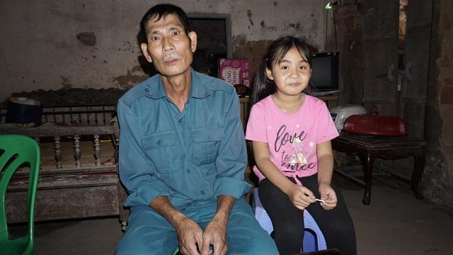 Bố mẹ bỏ đi từ nhỏ, bé gái sống với ông nội già nua trong căn nhà rách nát - Ảnh 3.