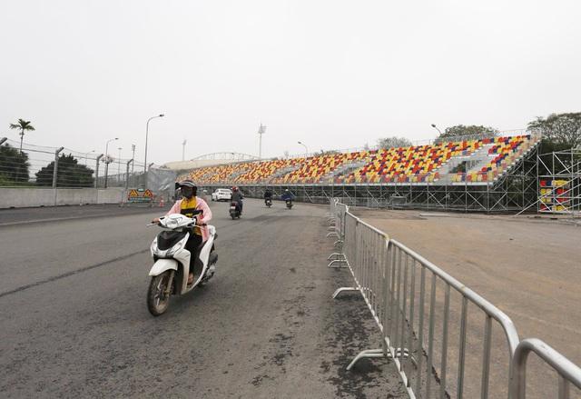 Hoãn chặng đua F1, nhiều khu vực khán đài được tạm tháo dỡ - Ảnh 8.