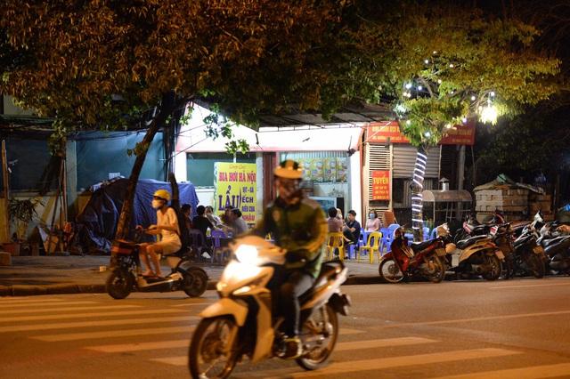"""Hà Nội có người nhiễm COVID-19 cao nhất cả nước, nhiều quán bia vẫn mở cửa bất chấp """"lệnh cấm"""" - Ảnh 12."""