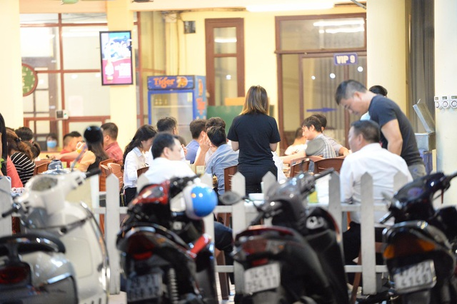 """Hà Nội có người nhiễm COVID-19 cao nhất cả nước, nhiều quán bia vẫn mở cửa bất chấp """"lệnh cấm"""" - Ảnh 3."""