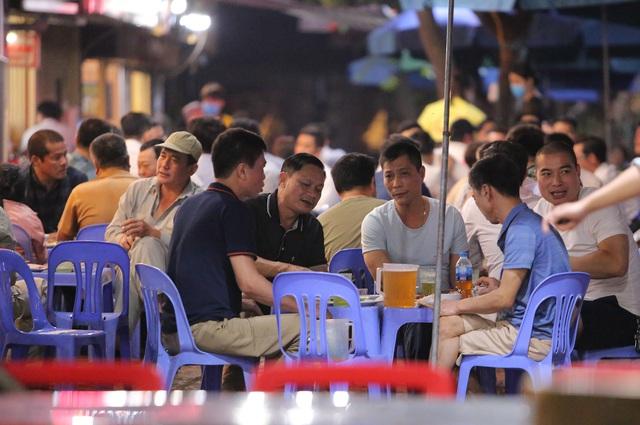 """Hà Nội có người nhiễm COVID-19 cao nhất cả nước, nhiều quán bia vẫn mở cửa bất chấp """"lệnh cấm"""" - Ảnh 13."""