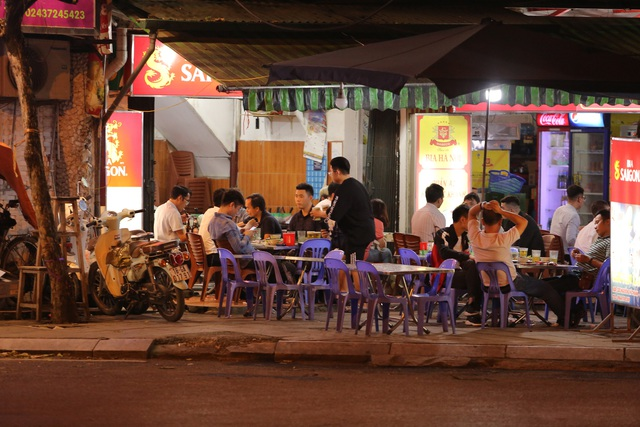 """Hà Nội có người nhiễm COVID-19 cao nhất cả nước, nhiều quán bia vẫn mở cửa bất chấp """"lệnh cấm"""" - Ảnh 9."""