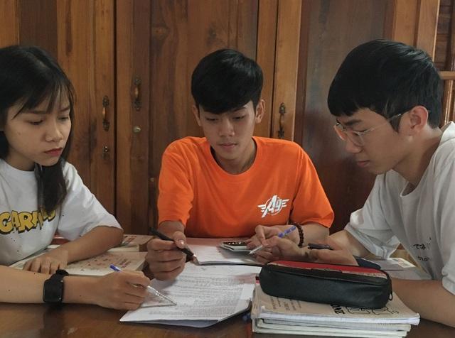 Học sinh lớp 12 ôn tập suốt đại dịch  - Ảnh 2.