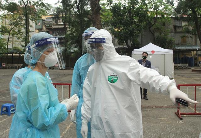 Cận cảnh 10 trạm xét nghiệm COVID-19 dã chiến tại Hà Nội vừa triển khai - Ảnh 13.