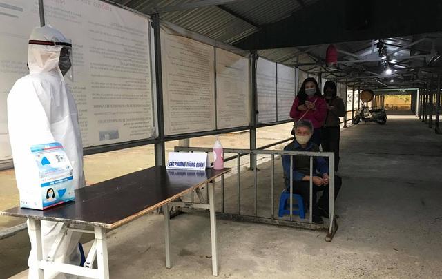 Cận cảnh 10 trạm xét nghiệm COVID-19 dã chiến tại Hà Nội vừa triển khai - Ảnh 14.