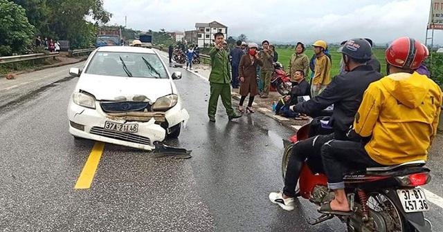 Tai nạn liên hoàn giữa xe con và 2 xe máy, 3 người phải nhập viện cấp cứu - Ảnh 1.