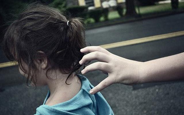 Kẻ lạ mặt nói Bố cháu bận nên chú đến đón hộ, cô bé 6 tuổi nhanh trí hỏi lại 1 câu khiến tên bắt cóc bị vạch trần - Ảnh 1.