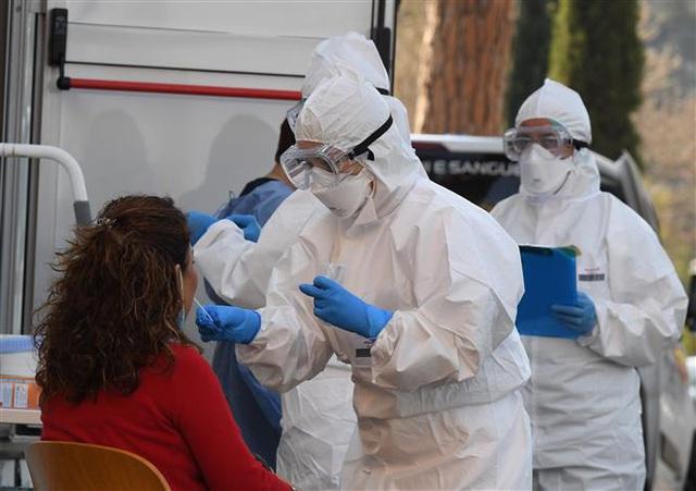 Ngày thứ 10 liên tiếp có thêm hơn 1.000 người chết, dịch COVID-19 tại Mỹ chưa có dấu hiệu giảm - Ảnh 4.
