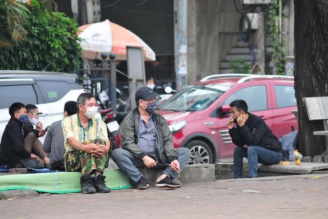 Hà Nội vẫn có quán trà đá, vẫn tụm năm tụm ba khi hạn cách ly toàn xã hội chưa hết - Ảnh 1.