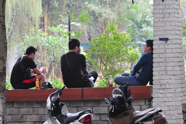 Hà Nội vẫn có quán trà đá, vẫn tụm năm tụm ba khi hạn cách ly toàn xã hội chưa hết - Ảnh 10.