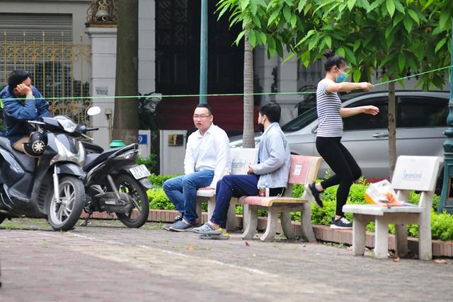 Hà Nội vẫn có quán trà đá, vẫn tụm năm tụm ba khi hạn cách ly toàn xã hội chưa hết - Ảnh 11.