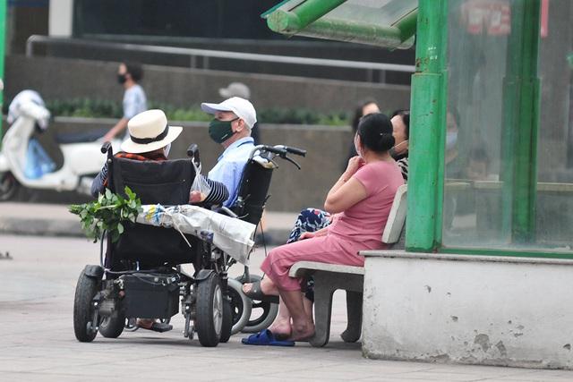 Hà Nội vẫn có quán trà đá, vẫn tụm năm tụm ba khi hạn cách ly toàn xã hội chưa hết - Ảnh 7.