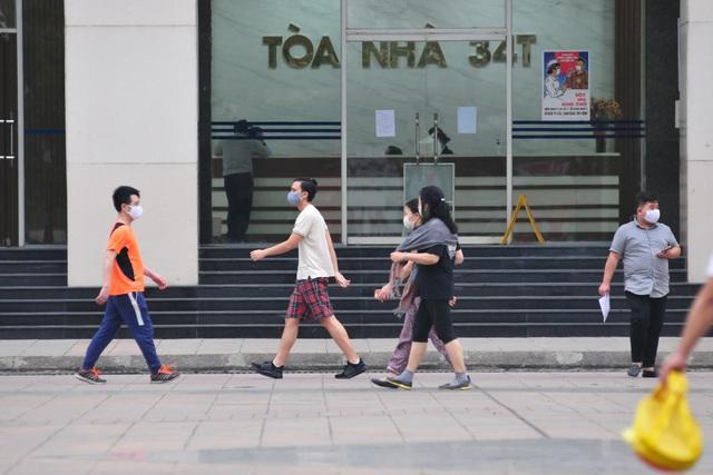 Hà Nội vẫn có quán trà đá, vẫn tụm năm tụm ba khi hạn cách ly toàn xã hội chưa hết - Ảnh 6.