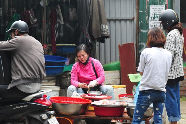 Hà Nội vẫn có quán trà đá, vẫn tụm năm tụm ba khi hạn cách ly toàn xã hội chưa hết - Ảnh 5.