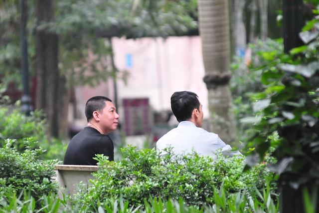 Hà Nội vẫn có quán trà đá, vẫn tụm năm tụm ba khi hạn cách ly toàn xã hội chưa hết - Ảnh 8.