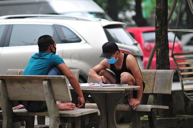 Hà Nội vẫn có quán trà đá, vẫn tụm năm tụm ba khi hạn cách ly toàn xã hội chưa hết - Ảnh 4.