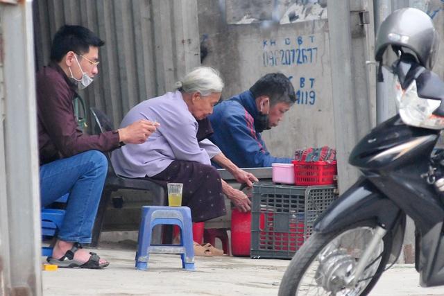 Hà Nội vẫn có quán trà đá, vẫn tụm năm tụm ba khi hạn cách ly toàn xã hội chưa hết - Ảnh 2.