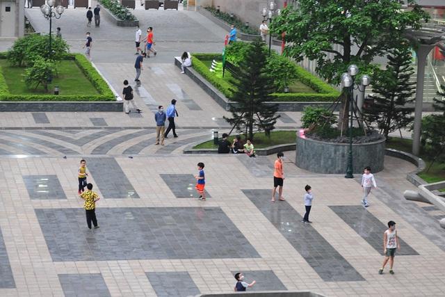 Hà Nội vẫn có quán trà đá, vẫn tụm năm tụm ba khi hạn cách ly toàn xã hội chưa hết - Ảnh 12.