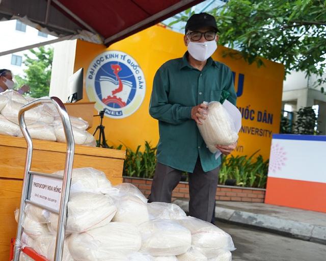 Sử dụng công nghệ AI để đón tiếp người nghèo đến nhận gạo từ thiện tại Hà Nội - Ảnh 13.