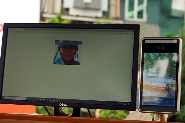 Sử dụng công nghệ AI để đón tiếp người nghèo đến nhận gạo từ thiện tại Hà Nội - Ảnh 11.