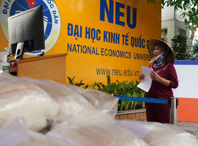 Sử dụng công nghệ AI để đón tiếp người nghèo đến nhận gạo từ thiện tại Hà Nội - Ảnh 7.