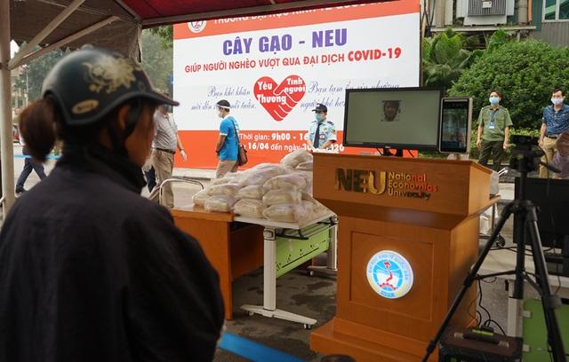 Sử dụng công nghệ AI để đón tiếp người nghèo đến nhận gạo từ thiện tại Hà Nội - Ảnh 8.