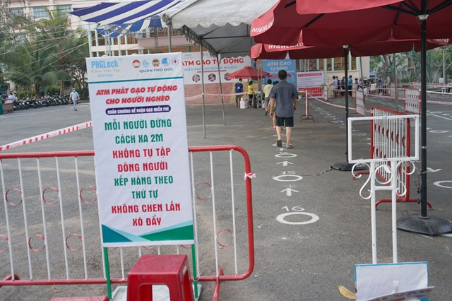 Các cây ATM gạo ở Sài Gòn... bị ế vì vắng khách - Ảnh 9.