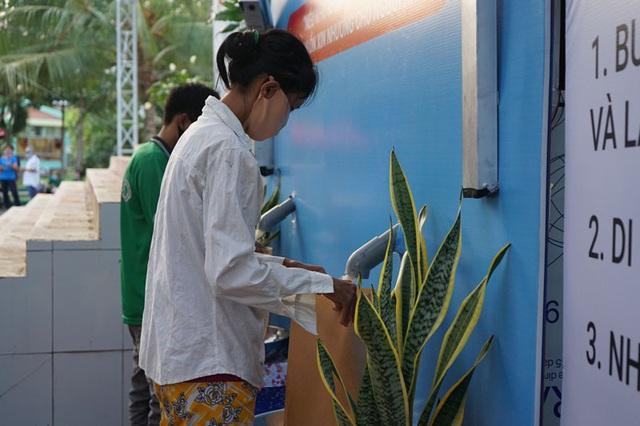 Các cây ATM gạo ở Sài Gòn... bị ế vì vắng khách - Ảnh 10.