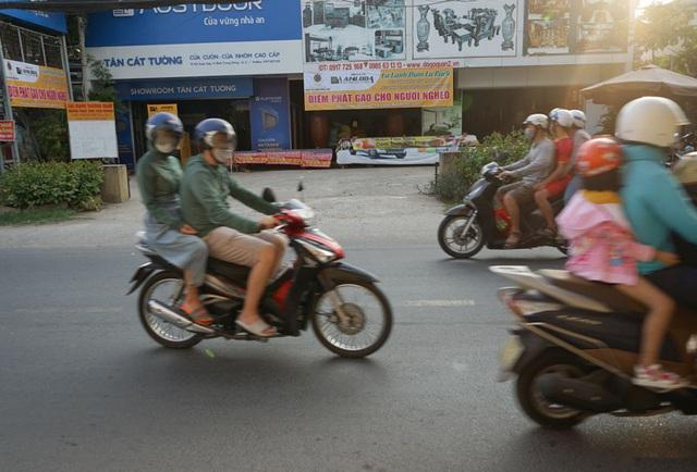 Các cây ATM gạo ở Sài Gòn... bị ế vì vắng khách - Ảnh 6.