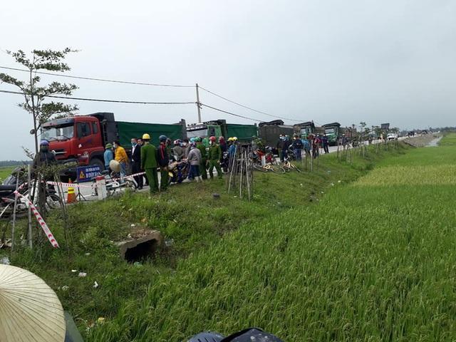 Hà Tĩnh: Hàng trăm người dân bao vây SVĐ xã phản đối san lấp bằng tro xỉ - Ảnh 1.