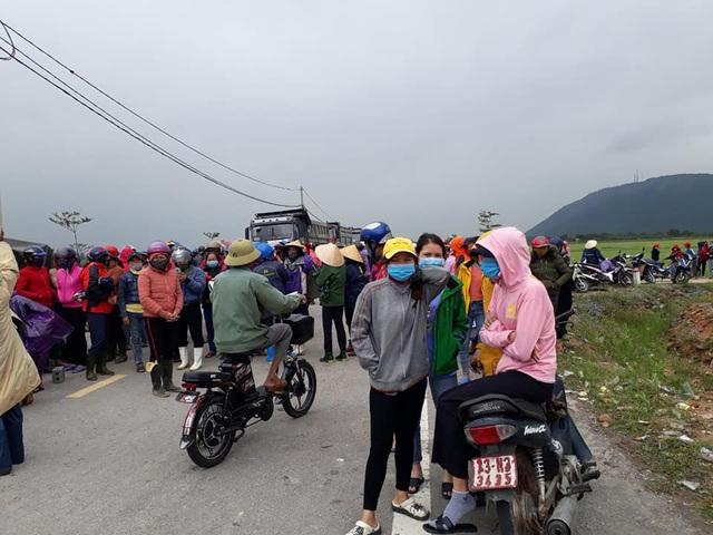 Hà Tĩnh: Hàng trăm người dân bao vây SVĐ xã phản đối san lấp bằng tro xỉ - Ảnh 2.