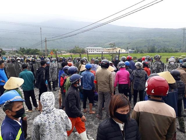 Hà Tĩnh: Hàng trăm người dân bao vây SVĐ xã phản đối san lấp bằng tro xỉ - Ảnh 3.