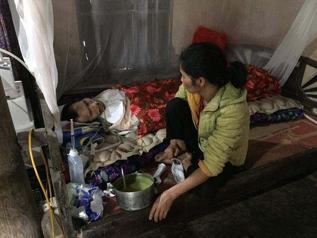 Chồng nằm liệt vì tai nạn, vợ phẫu thuật cắt u tử cung - Ảnh 2.