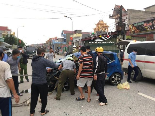 Ô tô con tông lật xe 3 bánh chở sắt, nhiều người bị thương nặng, hiện trường vụ tai nạn khiến nhiều người ám ảnh - Ảnh 2.