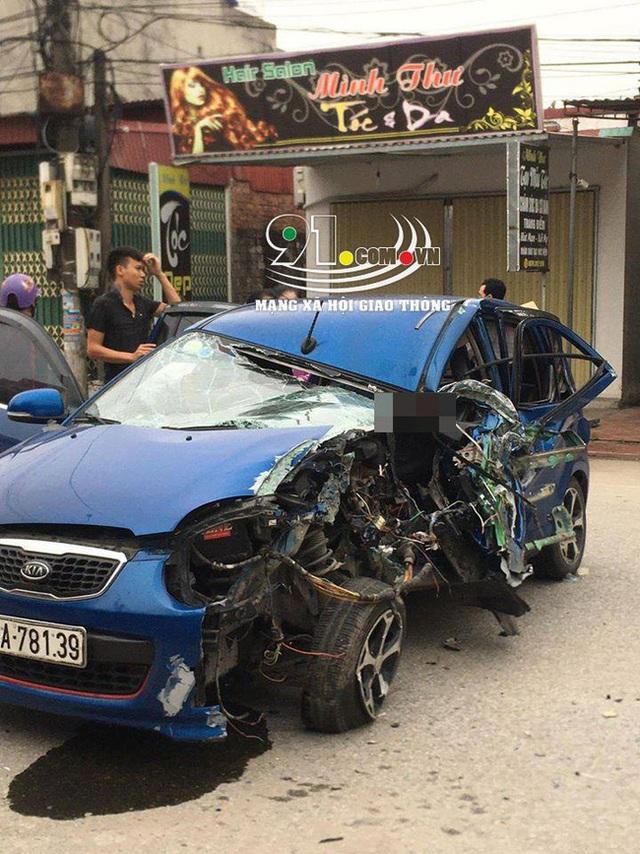 Ô tô con tông lật xe 3 bánh chở sắt, nhiều người bị thương nặng, hiện trường vụ tai nạn khiến nhiều người ám ảnh - Ảnh 3.