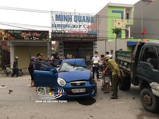 Ô tô con tông lật xe 3 bánh chở sắt, nhiều người bị thương nặng, hiện trường vụ tai nạn khiến nhiều người ám ảnh - Ảnh 5.