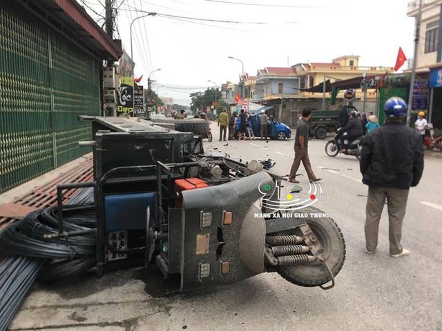Ô tô con tông lật xe 3 bánh chở sắt, nhiều người bị thương nặng, hiện trường vụ tai nạn khiến nhiều người ám ảnh - Ảnh 8.