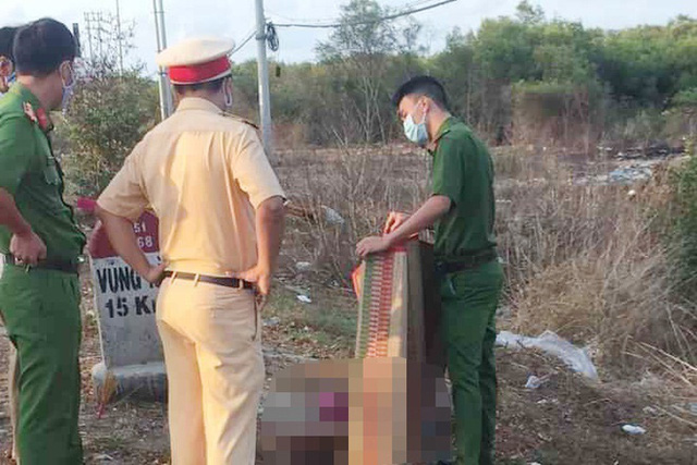Hai người đàn ông tử vong cạnh chiếc xe máy vỡ nát - Ảnh 1.