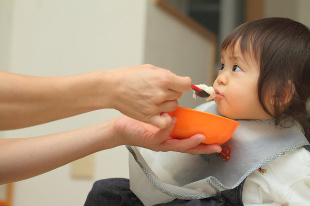 Con 1 tuổi nhất quyết không uống sữa do bố mẹ pha nhưng bà nội pha thì uống cạn, mẹ hốt hoảng khi khám phá ra bí mật phía sau - Ảnh 2.
