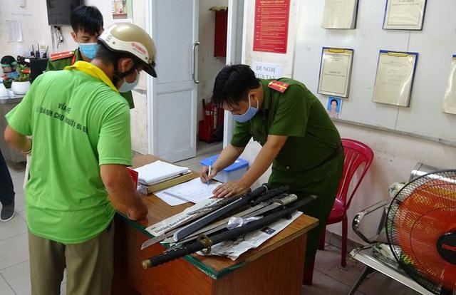 Dân Sài Gòn nộp vũ khí, vật liệu nổ... được tặng 10kg gạo - Ảnh 1.