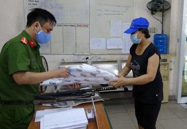 Dân Sài Gòn nộp vũ khí, vật liệu nổ... được tặng 10kg gạo - Ảnh 2.