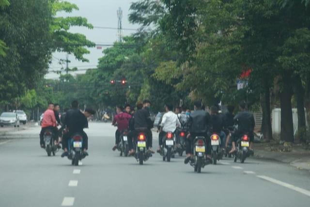 Bất chấp lệnh cấm, nhóm nam nữ thanh, thiếu niên đi xe máy dàn hàng ngang, lạng lách - Ảnh 4.